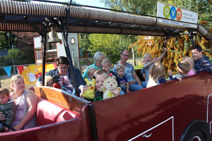 Bewoners van wijk Noord maken een ritje in een Opel Blitz-brandweerwagen van het Brandweermuseum.