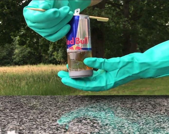 Milieuorganisatie Recycling Netwerk Benelux toont aan dat vrijwel alle drankblikjes, van bijvoorbeeld energiedrank en cola, een dun laagje plastic aan de binnenkant bevatten