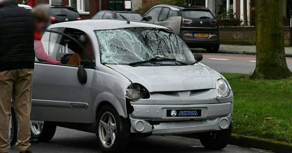 Agenten maken testrit in zwaar beschadigde brommobiel na aanrijding in Enschede.