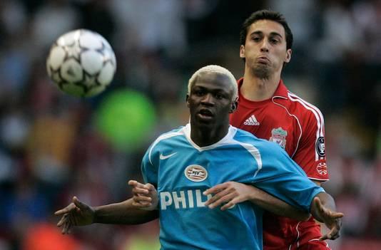 Liverpool's Alvaro Arbeloa en Arouna Kone van PSV tijdens Liverpool - PSV (1-0) op 11 april 2007. Het was de laatste wedstrijd van een Nederlandse ploeg in de kwartfinale van de Champions League. Vanavond brengt Ajax daar verandering in.