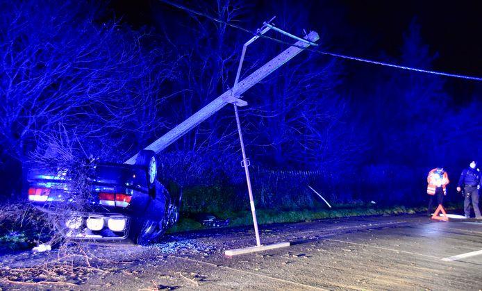 Bij het ongeval langs de Marialoopsesteenweg in Tielt, vlakbij de grens met Marialoop, sneuvelde een elektriciteitspaal.