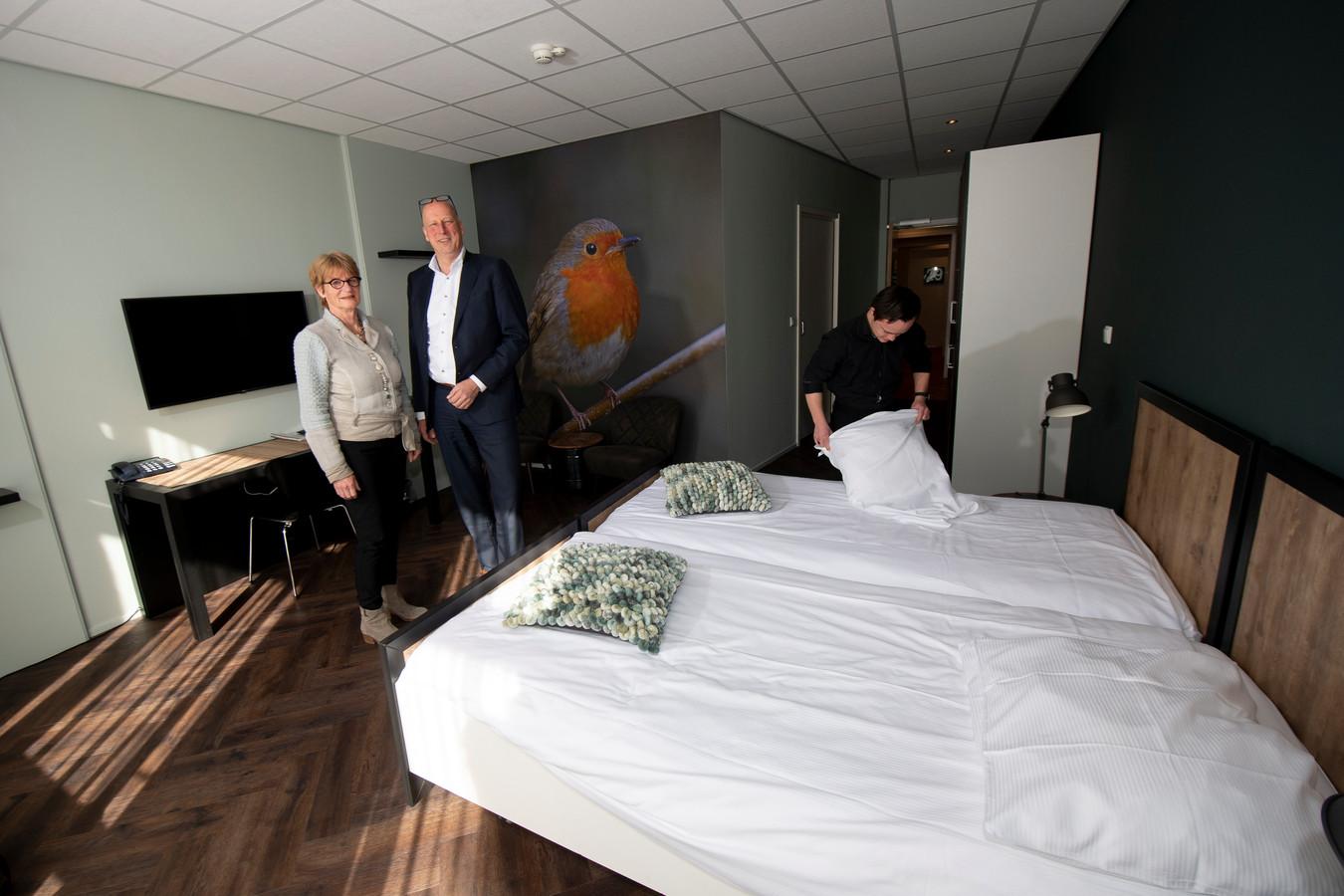 Annette Fritschy en Jan van de Kooi in één van de vernieuwde kamers op Parc Spelderholt.
