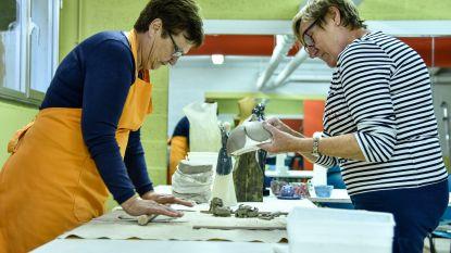 Kollebloemen en fantasie tijdens workshop keramiek