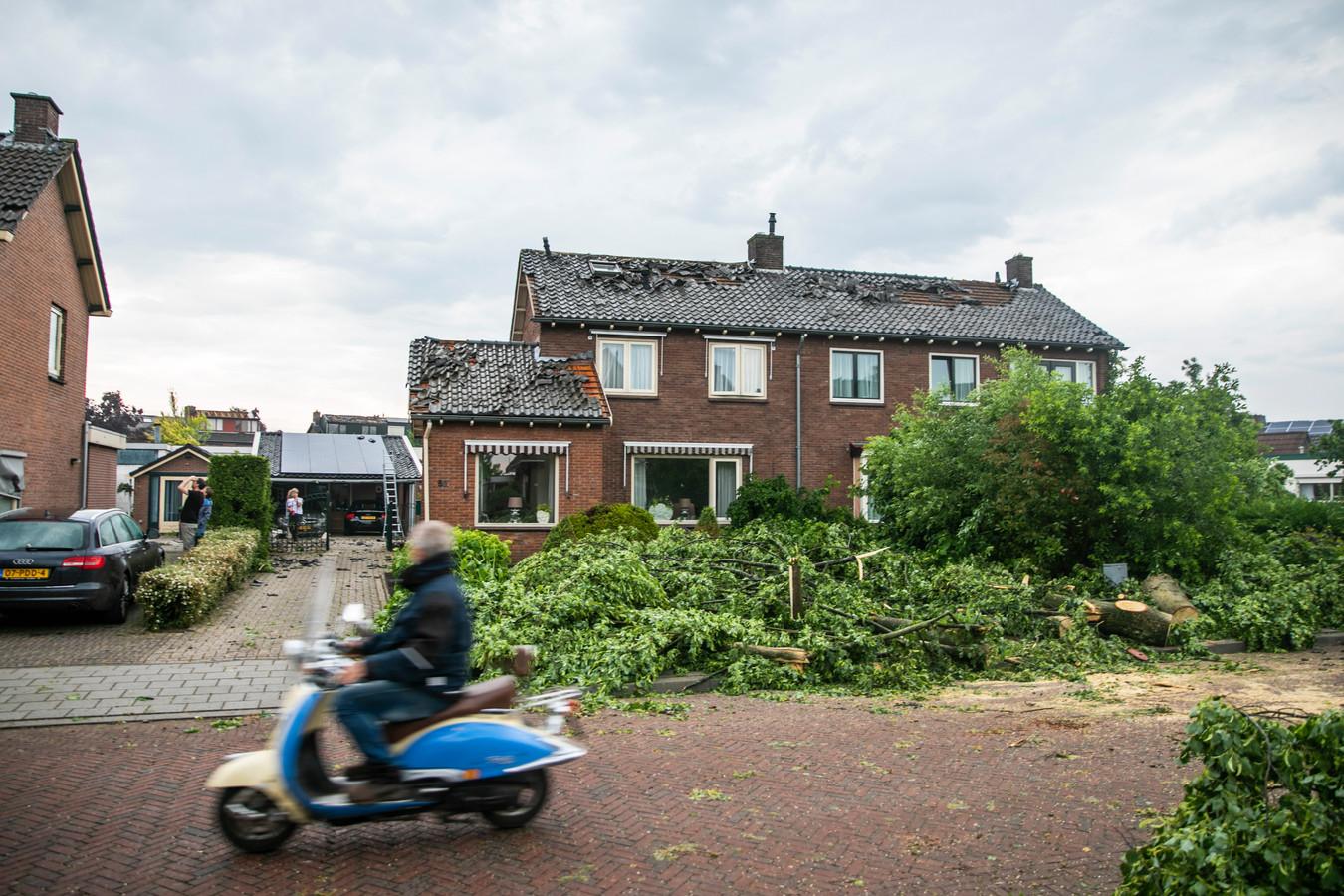 De stormschade aan woningen in Rheden is bij daglicht goed zichtbaar.