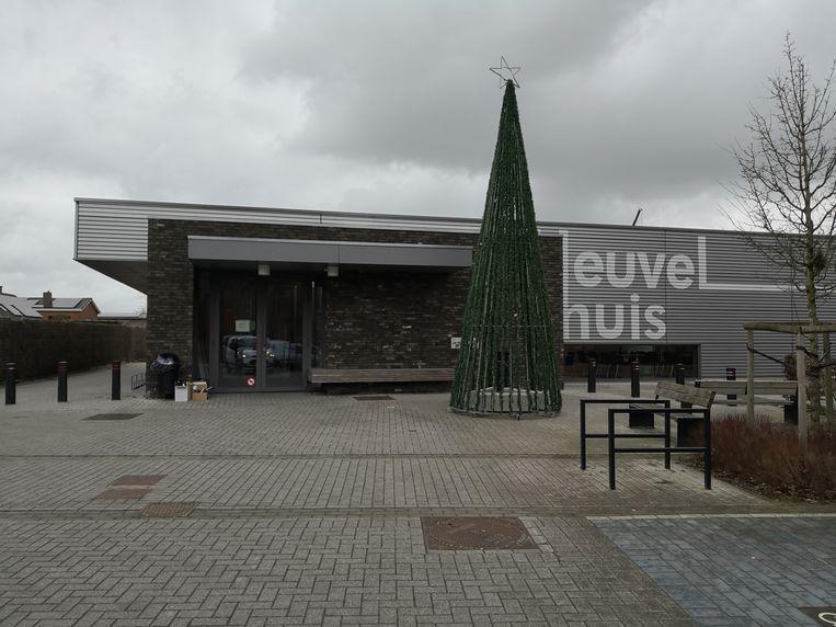 Het is eind februari en de kerstboom staat nog steeds bij dorpshuis Heuvelzicht in Klerken