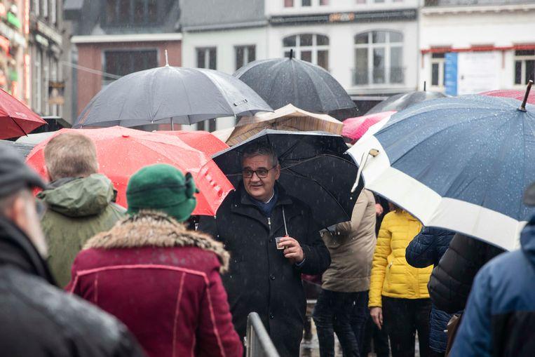 Tussen rijen paraplu's wenst nieuwbakken burgemeester Steven Vandeput de Hasselaren een gelukkig en gezond nieuwjaar op Hasselt Klinkt.