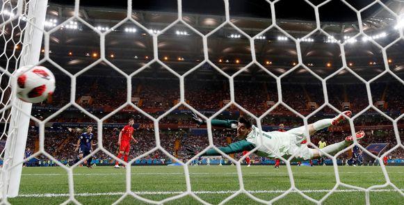 52' INUI 0-2. Toen leek het over en uit voor België: Courtois moet zich gewonnen geven op een zware afstandsknal.