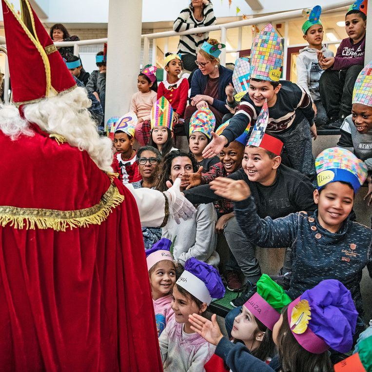 Sinterklaasviering op de Bataviaschool in Amsterdam. Beeld Guus Dubbelman / de Volkskrant