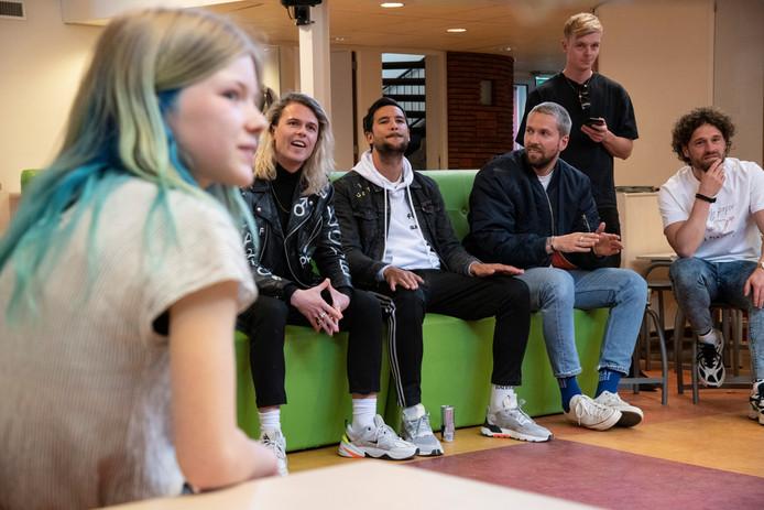 Anna kijkt samen met haar klas en Kris Kross Amsterdam naar een door haar klasgenoten zelfgemaakte videoclip.