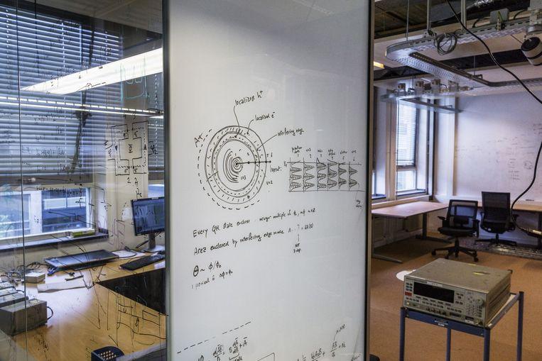 Op de wanden bij QuTech staan overal ingewikkelde berekeningen. Beeld Adrie Mouthaan