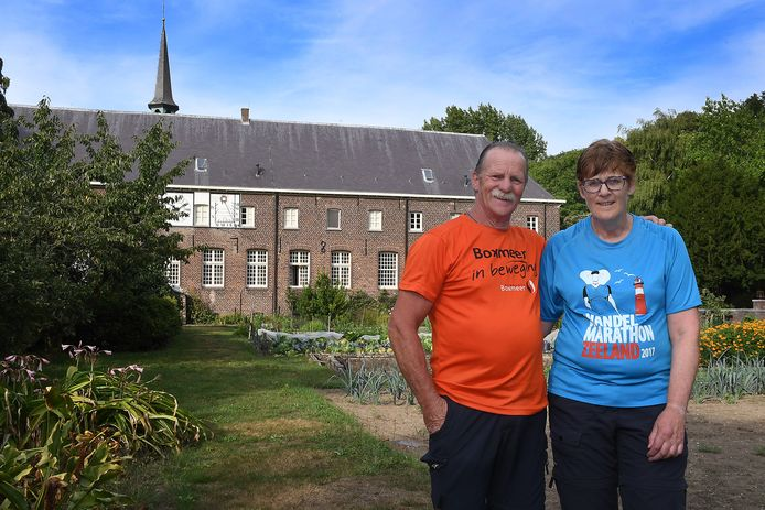 Henk en Julia Jans uit Rijkevoort bij het Emmausklooster in Velp. ,,De overnachting was geweldig.''