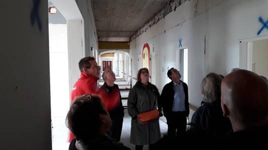 In de vrouwenvleugel waar vroeger de bedden stonden voor de tbc-patiënten, straks de woonserre. Links makelaar Richard Schul.