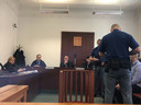 Armin en Arash op een bankje naast de rechters in de Praagse rechtszaal.