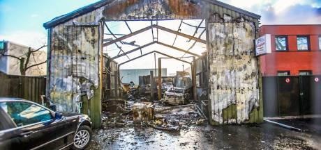 Grote brand bij autobedrijf in Helmond