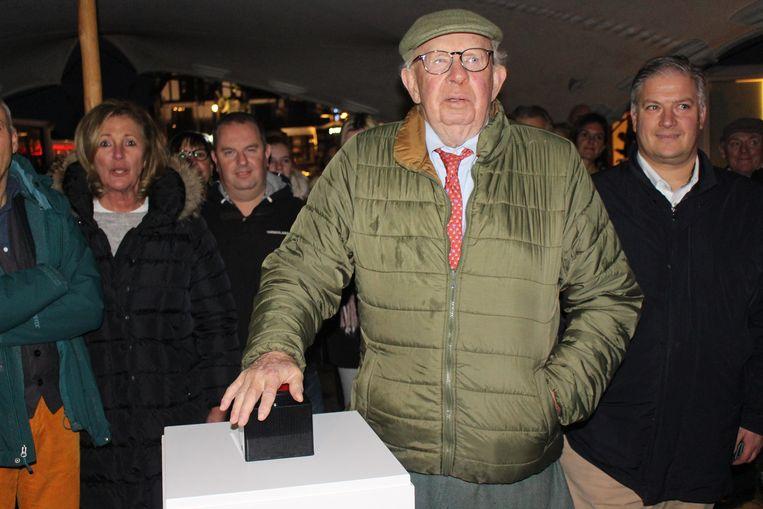 Burgemeester Leopold Lippens drukt op de knop.
