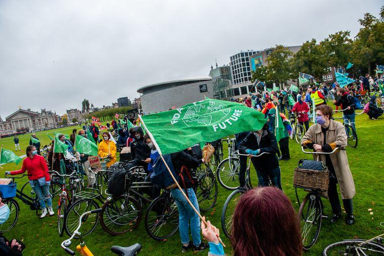 Klimaatactivisten tijdens een betoging op het Museumplein in Amsterdam in september 2020. Beeld Getty Images