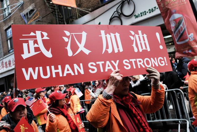 Deelnemers aan de jaarlijkse Chinese nieuwjaarsparade in New York steken Wuhan een hart onder de riem.