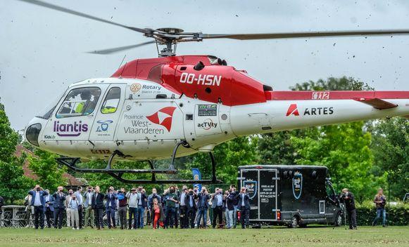 De financiële steun van 25 Rotaryclubs aan de mughelikopter werd voorgesteld in Oostnieuwkerke.