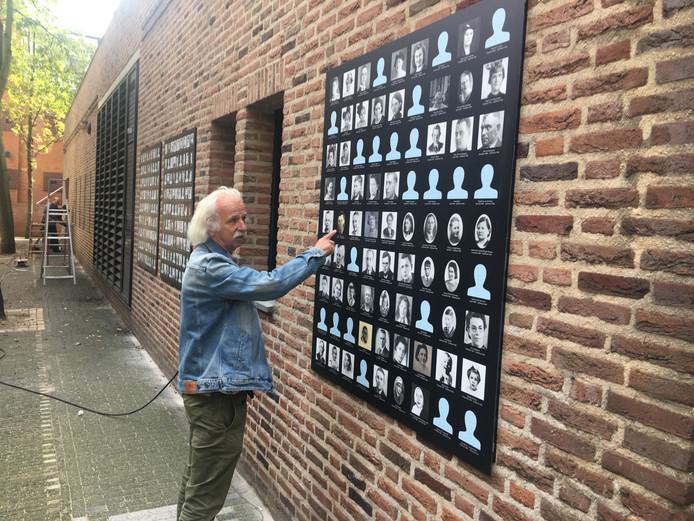 Rob Jaspers bij een paneel met slachtoffers van het bombardement op 22 februari 1944, dat sinds gisteren aan het stadhuis van Nijmegen hangt.