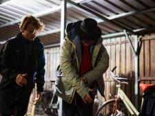 Sheltersuit biedt dakloze 73-jarige Gerard 's nachts beetje warmte