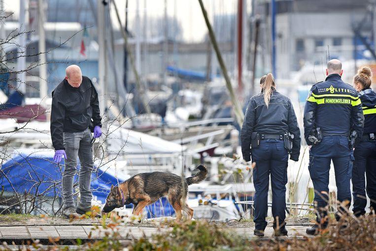 De politie doet sporenonderzoek nabij de vluchtauto die werd gebruikt bij de moord op Redouan B., de broer van kroongetuige Nabil B.  Beeld Guus Dubbelman / de Volkskrant