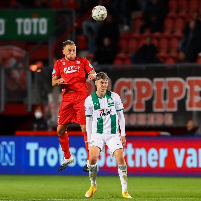 Xandro Schenk wint het kopduel van Jurgen Strand Larsen van FC Groningen. Die wedstrijd was de laatste van Schenk in Twentse dienst.
