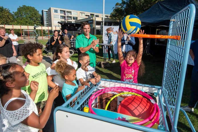 Direct na de overhandiging werd op de Parkschool door enkele kinderen al gespeeld met de  beweegmaterialen uit de Skills Box.