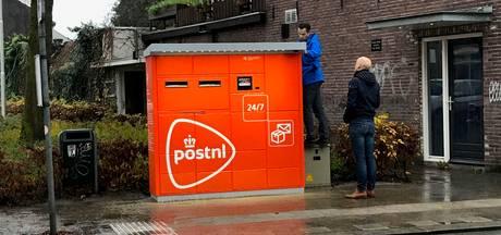 Gemeente onaangenaam verrast door 'knaloranje joekels': 'Daar heeft PostNL geen vergunning voor'