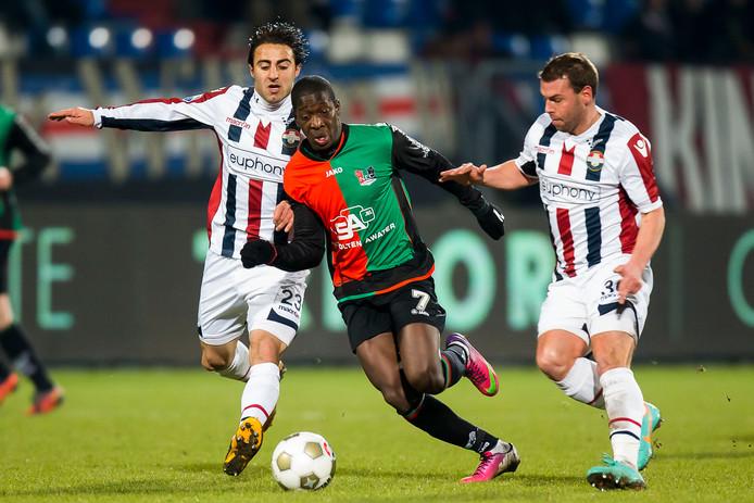 Nicky Hofs (R) en Willem II speler Gaby Jallo (L) achtervolgen NEC'er Leroy George op 22 februari 2013.