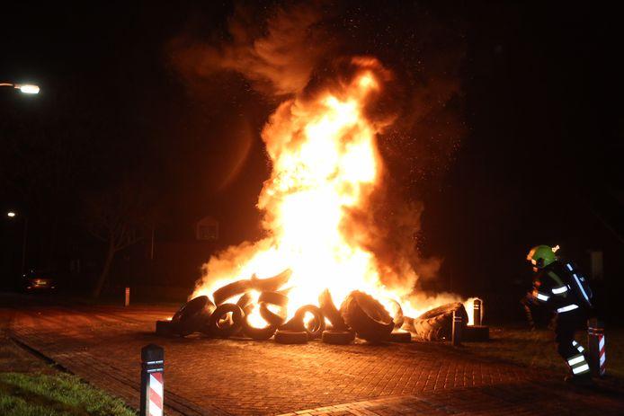 Nog niet heel de stapel autobanden stond in brand.