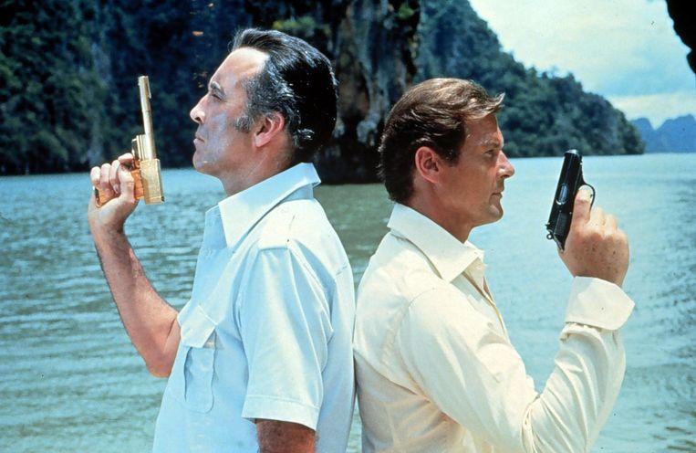 Christopher Lee en Roger Moore in The Man With The Golden Gun Beeld anp