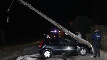 Geparkeerde auto knalt tegen paal na aanrijding