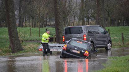 Zware regenval teistert Waasland: straten blank, auto rijdt zich vast in Bazel