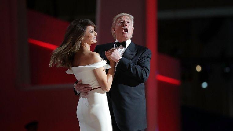 President Donald Trump zingt het lied My Way en danst met first lady Melania Trump tijdens een bal in Washington. Beeld afp