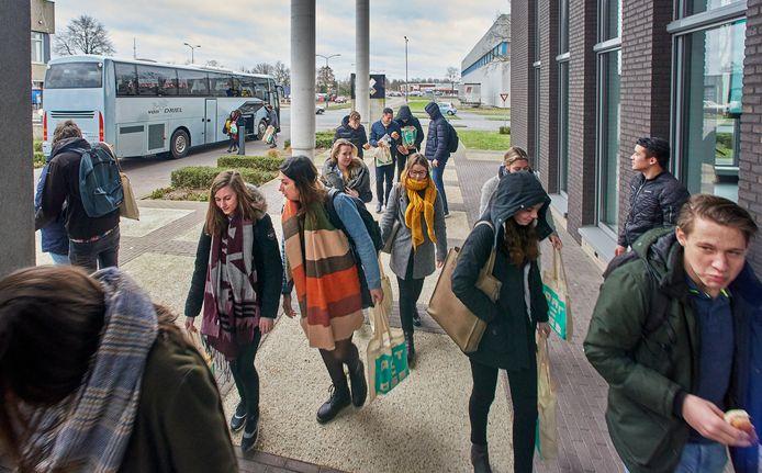 Een buslading vol studenten stopte vrijdagmiddag bij Dome X voor de lunch