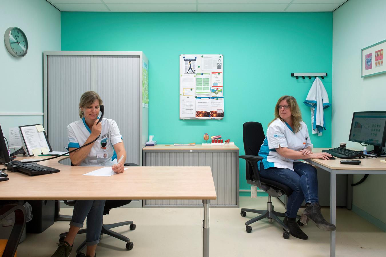 Heleen Junte (l) en Miranda Roks werken als familieondersteuners bij Ziekenhuis Rivierenland.