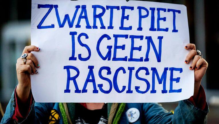 Een sympathisant van Zwarte Piet en de groep die vorig jaar een snelweg blokkeerde, maandag bij de rechtbank in Leeuwarden. Beeld anp
