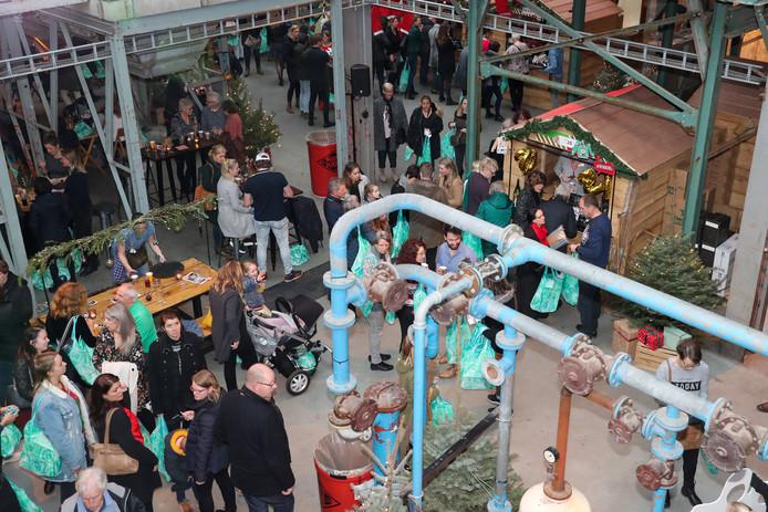 . In Veghel waren mensen van GGZ Oost Brabant druk bezig het kerstpakket vol te shoppen.