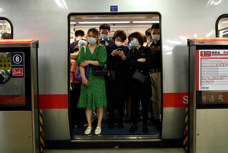 Een bomvolle metro in Peking.