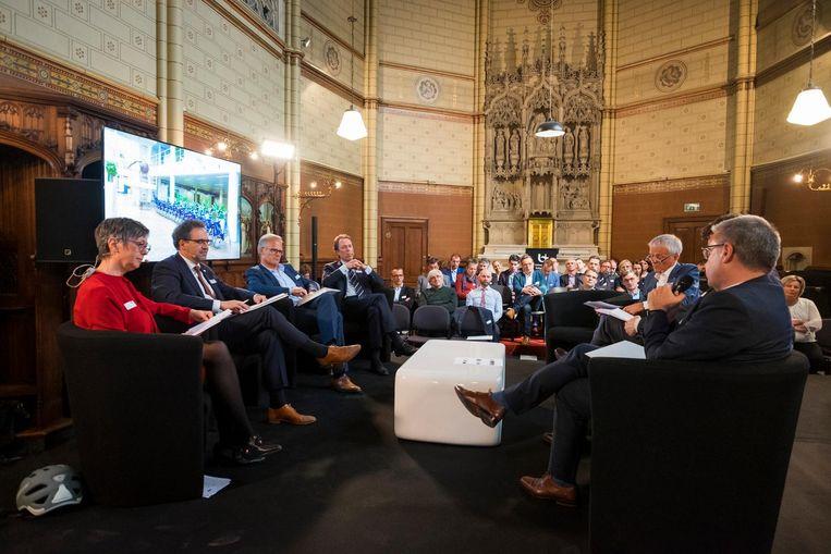 De directeurs van 19 grote Antwerpse werkgevers verzamelden gisteren in de universiteit van Antwerpen.