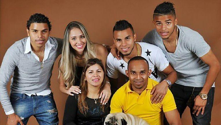 Wamberto met zijn gezin. Boven: Danilo, Anna, Wambertinho, Wanderson. Onder: Rosane, Wamberto en hond Romeo Beeld Eigen foto