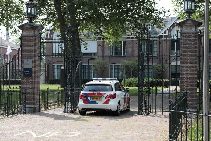 De politie bij Centrum voor Transculturele Psychiatrie Veldzicht in Balkbrug.