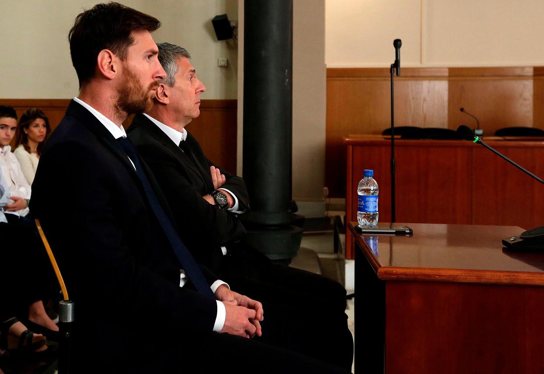 Lionel Messi in 2016 in de rechtszaal voor het ontwijken van belasting, met aan zijn zijde zijn vader Jorge.  Beeld AFP
