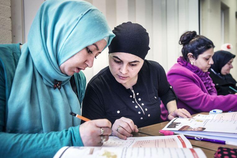 Taalles in buurtcentrum in Oud-West. Vrouwen uit Marokko en Turkije hebben veel moeite met de Nederlandse taal, maar ze doen hun best. Beeld Guus Dubbelman / de Volkskrant