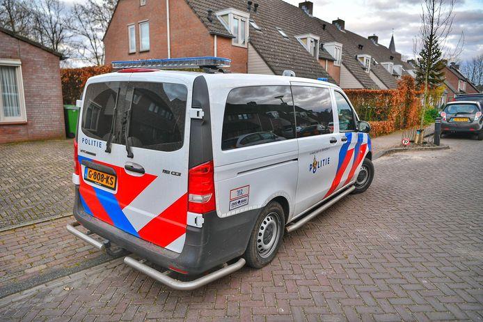 Politie in de Ten Eiken in Hoogeloon, waar donderdagavond een woningoverval is gepleegd.