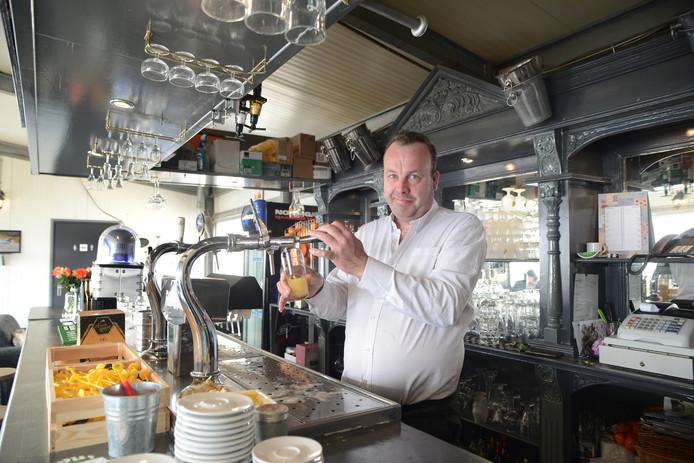 Paul van der Wekken werkt al sinds zijn veertiende. Zijn plek is achter de bar.