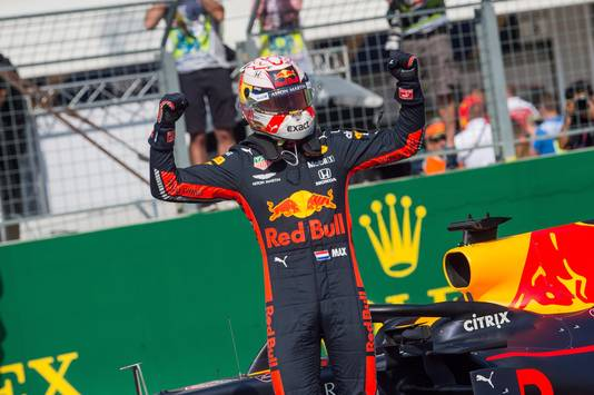 Verstappen viert dat hij de snelste tijd heeft neergezet in de kwalificatie.
