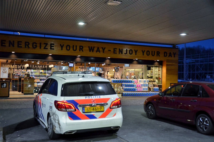 Onder bedreiging namen dieven sigaretten mee van een tankstation bij Wouwse Tol.