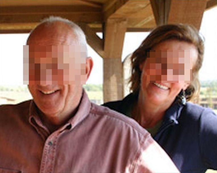 Op de website van de ranch - die gisteravond plots offline werd gehaald - poseert Marc S. met zijn vrouw. Zij is officieel zaakvoerster, dus heeft hij in theorie niks onwettigs gedaan.