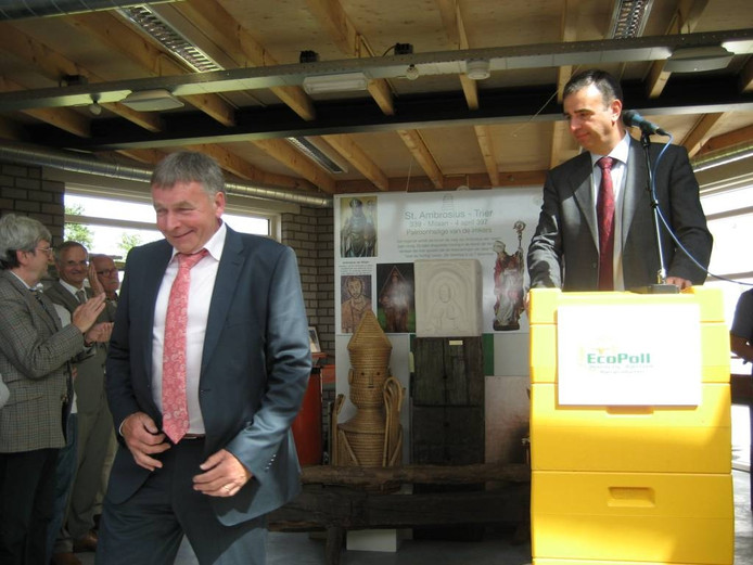 Gerard van den Hurk (links) na de onthulling van zijn beeld. Rechts achter het 'spreekgestoelte' initiatiefnemer Robert Schuurmans.